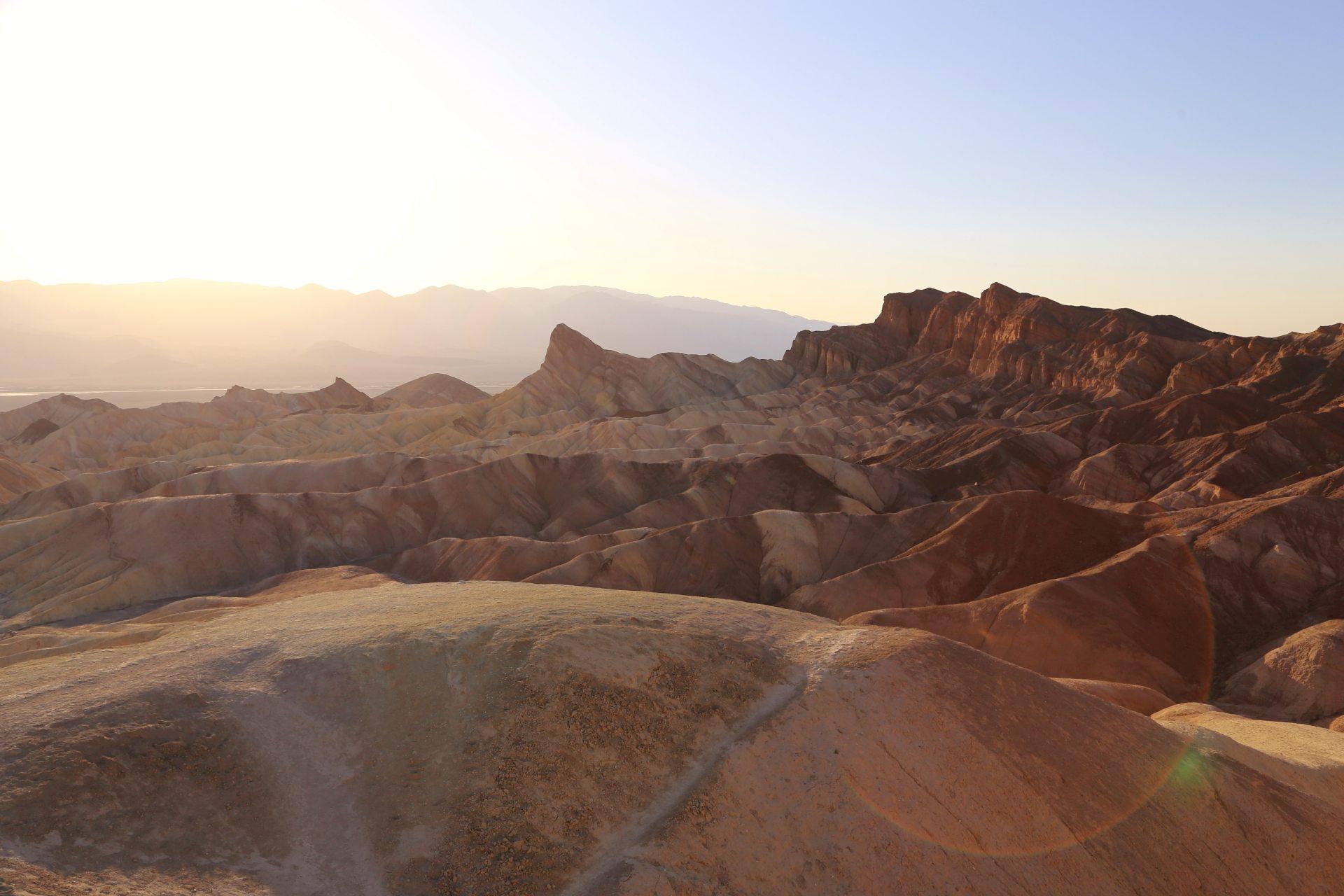 Death Valley - lebensfeindlich und doch so wunderschön! - Aussicht, Death Valley National Park, Fernsicht, Gestein, Himmel, Kalifornien, Landschaft, Mojave-Wüste, Natur, Panorama, Sandstein, Wüste, Zabriskie Point - (Furnace Creek, Death Valley, California, Vereinigte Staaten)