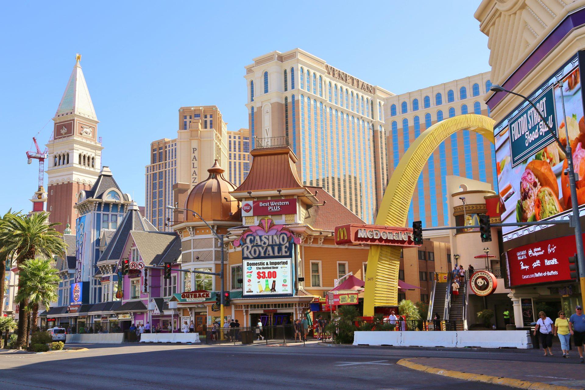 Die Welt in einer Stadt vereint - Welcome to Las Vegas! - Casino Royale, Gebäude, Himmel, Las Vegas, Lichtreklame, Mc Donald's, Nevada, Venetian Resort Hotel, Werbeschilder - (Bracken, Las Vegas, Nevada, Vereinigte Staaten)