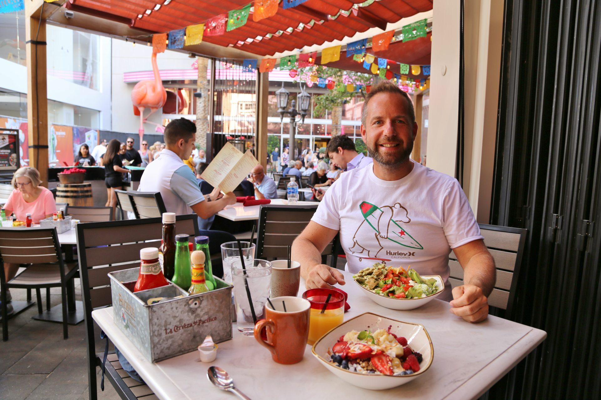 Mexikan Bowls zum Frühstück - in Las Vegas ist alles erlaubt! - frisch, Frühstück, Gemüse, gesund, Las Vegas, Lebensmittel, Mahlzeit, Nevada, Obst, Personen, Portrait, Porträt, Teller - WEISSINGER Andreas - (Bracken, Las Vegas, Nevada, Vereinigte Staaten)