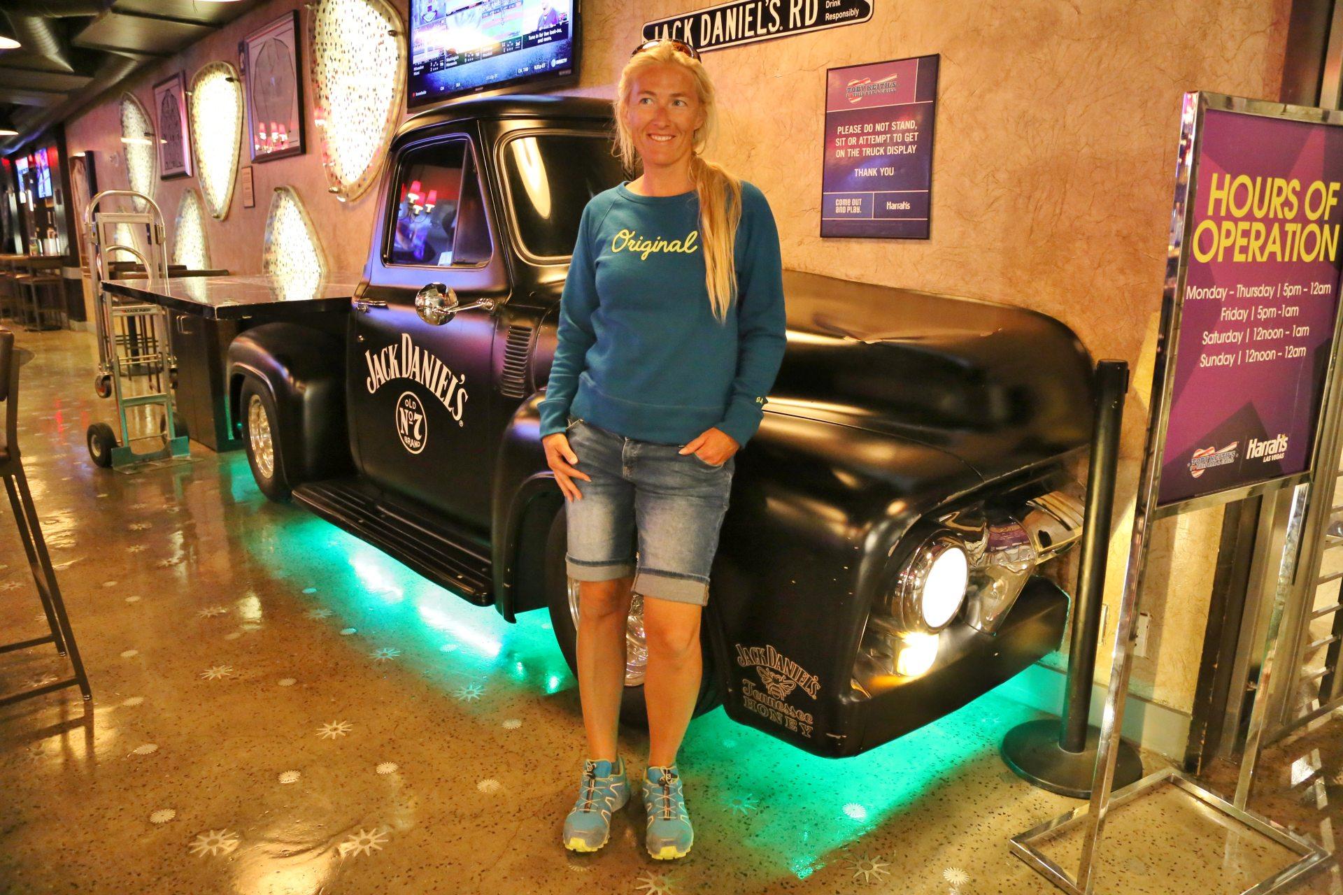 Vor dem Burgervöllern hat man noch gut lachen! - Auto, Blondine, Fahrzeug, Jack Daniels, Las Vegas, Nevada, Person, Pickup, Pickup Truck, Toby Keiths Bar & Grill - HOFBAUER-HOFMANN Sofia - (Bracken, Las Vegas, Nevada, Vereinigte Staaten)