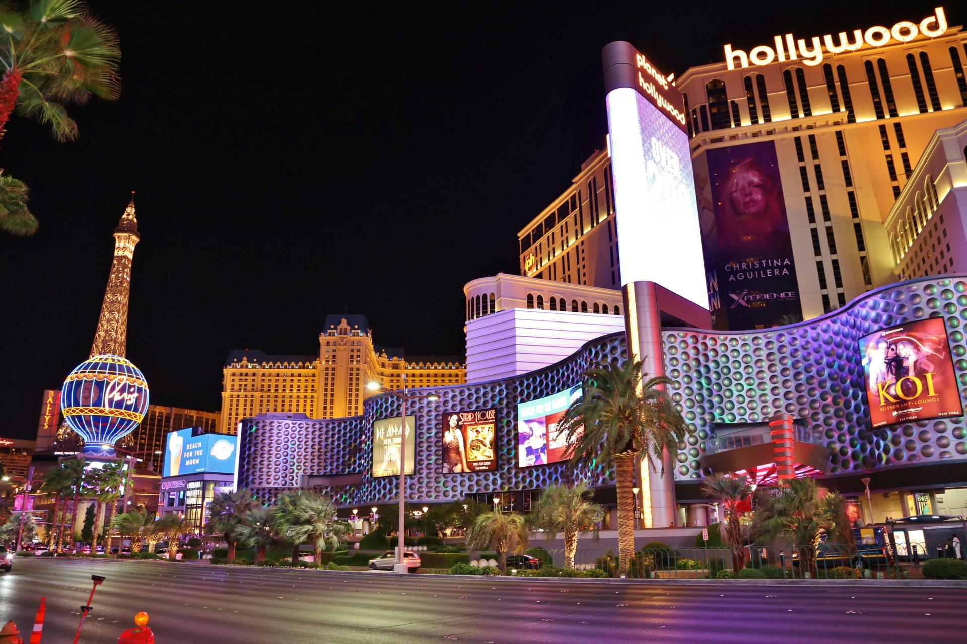 Paris ist nur eine Straße entfernt - Ballys, Beschilderung, Eiffelturm, Gebäude, Himmel, Las Vegas, Leuchtschilder, Lichtreklame, malerisch, Nevada, Palmen, Paris, Planet Hollywood Resort and Casino, Strasse, traumhaft, Werbeschilder - (Bracken, Las Vegas, Nevada, Vereinigte Staaten)