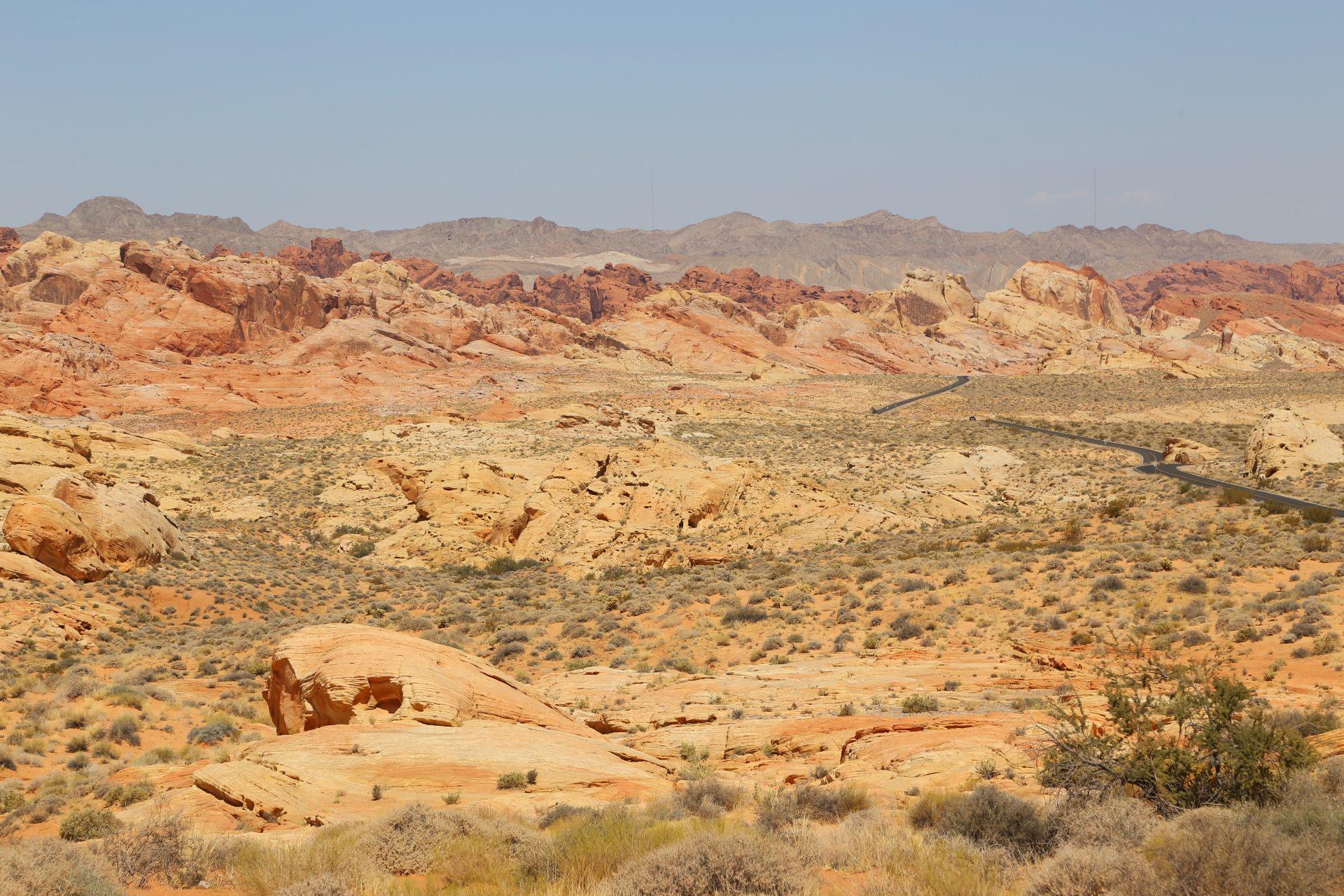 Eine Landschaft wie eine Farbpalette - Aussicht, Countryside, Erosion, Farben, farbenfroh, Fernsicht, Himmel, Landschaft, malerisch, Natur, Nevada, Panorama, Sandstein, Sandsteinformationen, Strasse, traumhaft, Weg - (Silver City (historical), Overton, Nevada, Vereinigte Staaten)