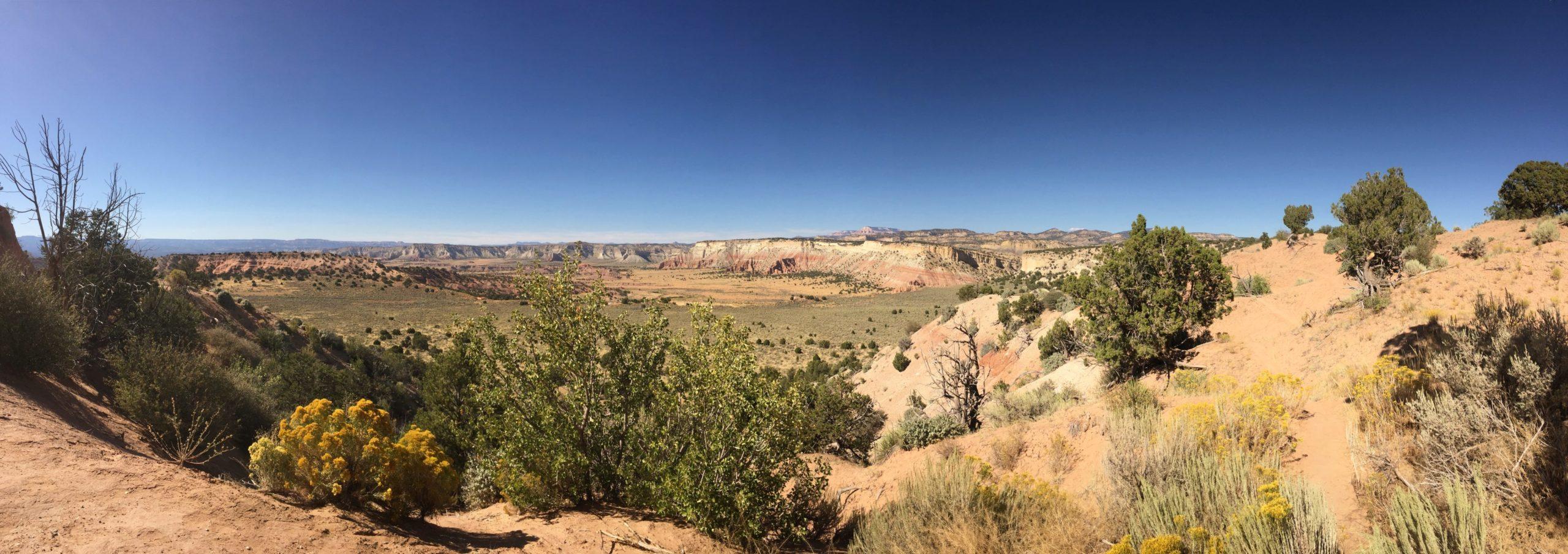 Die wunderbare Landschaft verändert sich hinter jeder Biegung - Aussicht, Büsche, Cottonwood Canyon Road, Fernsicht, Grand Staircase Escalante National Monument, GSENM, Himmel, Landschaft, Natur, Panorama, Sträucher, Utah - (Henrieville, Utah, Vereinigte Staaten)