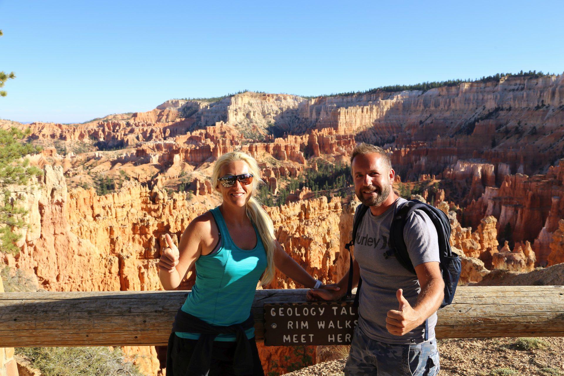 Der Bryce is heiß! - Aussicht, Blondine, Bryce Canyon National Park, Canyon, Erosion, farbenfroh, Felsnadeln, Felstürme, Fernsicht, Geologie, Gestein, Gesteinssäulen, Himmel, Hoodoos, Landschaft, Monolithen, Natur, Panorama, Personen, Portrait, Porträt, Sandstein, Utah - HOFBAUER-HOFMANN Sofia, WEISSINGER Andreas - (Bryce Canyon, Bryce, Utah, Vereinigte Staaten)