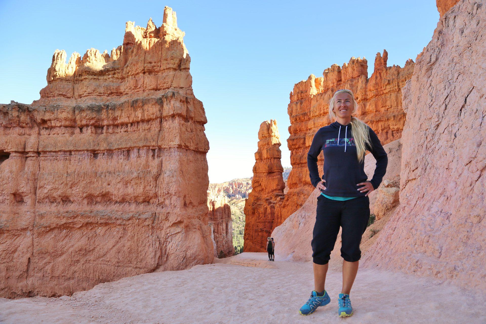 Am Grunde des Bryce Canyons - Blondine, Bryce Canyon National Park, Canyon, Erosion, farbenfroh, Felsnadeln, Felstürme, Felswände, Geologie, Gestein, Gesteinssäulen, Gesteinsschichten, Himmel, Hoodoos, Monolithen, Navajo Loop Trail, Personen, Pfad, Portrait, Porträt, Sandstein, Schlucht, Utah, Wanderweg, Weg - HOFBAUER-HOFMANN Sofia - (Bryce Canyon, Bryce, Utah, Vereinigte Staaten)