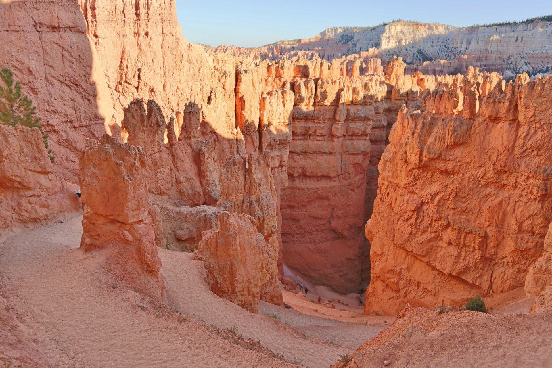 Mit schwindendem Licht leer sich auch der Canyon .. - Bryce Canyon National Park, Canyon, Erosion, farbenfroh, Felsnadeln, Felstürme, Felswände, Geologie, Gestein, Gesteinssäulen, Gesteinsschichten, Himmel, Hoodoos, Monolithen, Navajo Loop Trail, Pfad, Sandstein, Schlucht, Utah, Wanderweg, Weg - (Bryce Canyon, Bryce, Utah, Vereinigte Staaten)