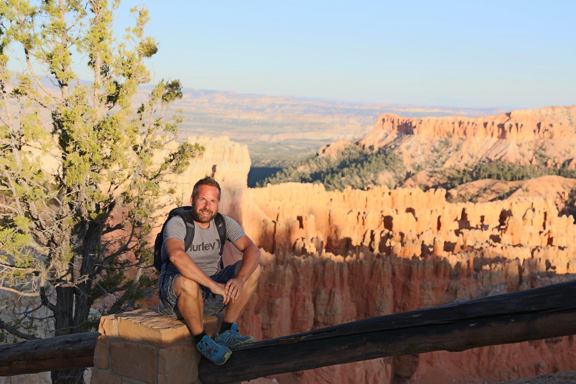 """Für dieses Lächeln gehört ihm ein """"Bryce""""! - Aussicht, Bryce Canyon National Park, Canyon, Erosion, farbenfroh, Felsnadeln, Fernsicht, Geologie, Gestein, Gesteinssäulen, Himmel, Hoodoos, Landschaft, Monolithen, Natur, Panorama, Personen, Portrait, Porträt, Rim Trail, Sandstein, Utah - WEISSINGER Andreas - (Bryce Canyon, Bryce, Utah, Vereinigte Staaten)"""