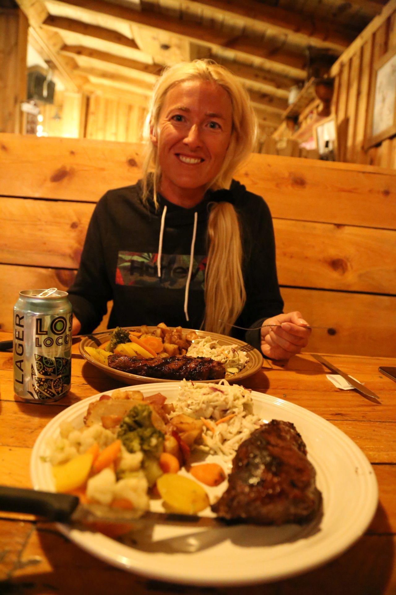 Hier hat das Bier noch nicht gewirkt! - Bier, Blondine, Bryce Canyon National Park, Bryce Pioneer Village, Essen, Gemütlichkeit, Personen, Portrait, Porträt, Showdowns Restaurant, Steak, Trinken, Tropic, Utah - HOFBAUER-HOFMANN Sofia - (Tropic, Utah, Vereinigte Staaten)