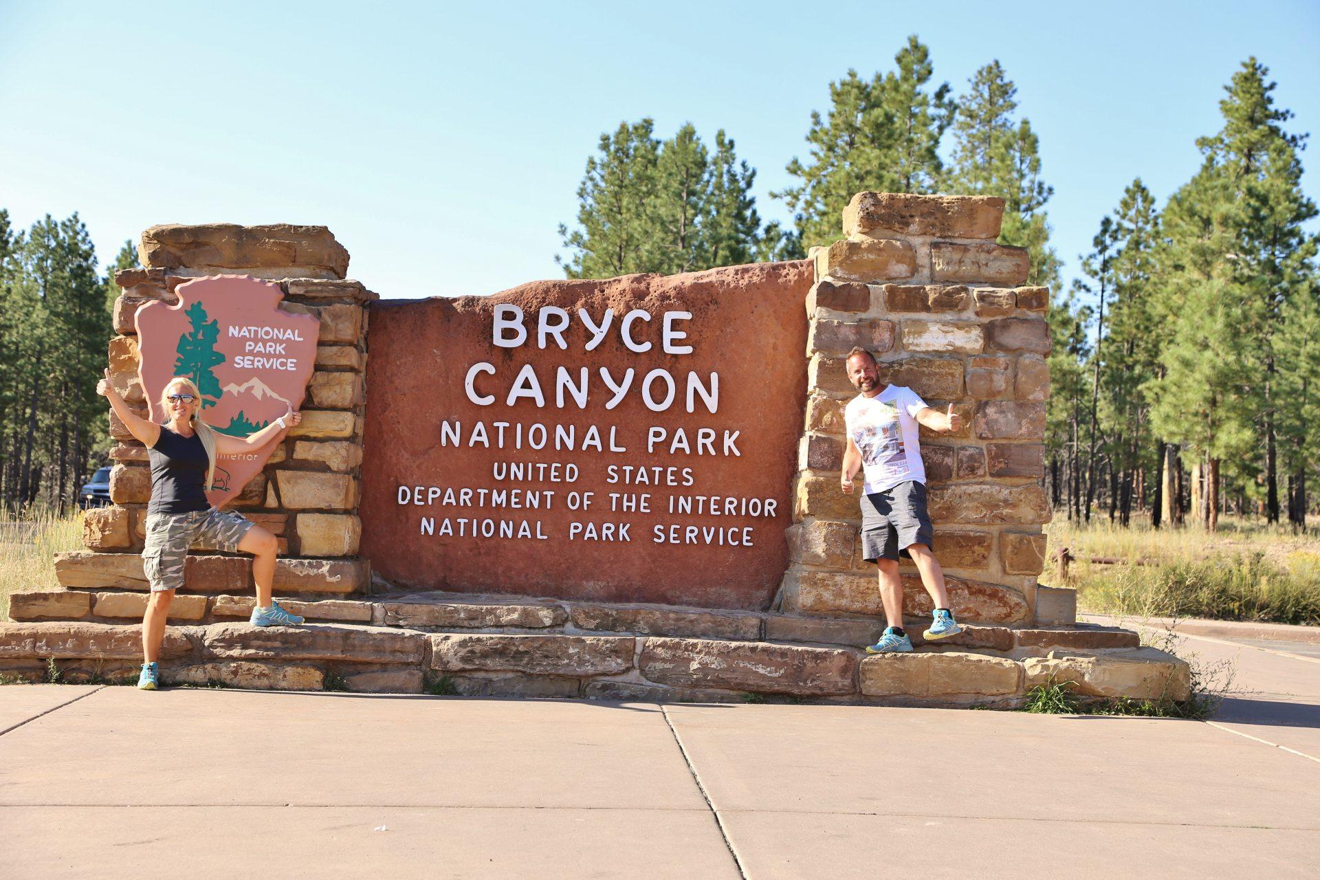 Bryce is also very nice! - Beschilderung, Blondine, Bryce Canyon National Park, Einfahrtsschild, Eingang, Himmel, Personen, Portrait, Porträt, Schild, Tafel, Utah, Welcome-Schild - HOFBAUER-HOFMANN Sofia, WEISSINGER Andreas - (Bryce Canyon City, Bryce, Utah, Vereinigte Staaten)