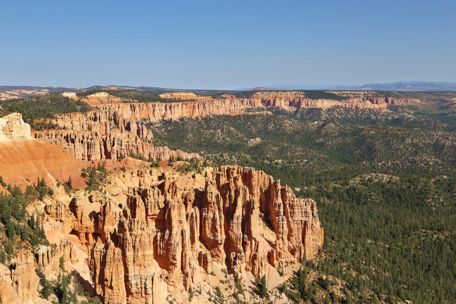 Bryce - ein Naturjuwel! - Aussicht, Bäume, Bryce Canyon National Park, Canyon, Erosion, farbenfroh, Felsnadeln, Felstürme, Fernsicht, Geologie, Gestein, Gesteinssäulen, Gesteinsschichten, Himmel, Hoodoos, Landschaft, Monolithen, Natur, Panorama, Sandstein, Utah - (Georgetown, Bryce, Utah, Vereinigte Staaten)