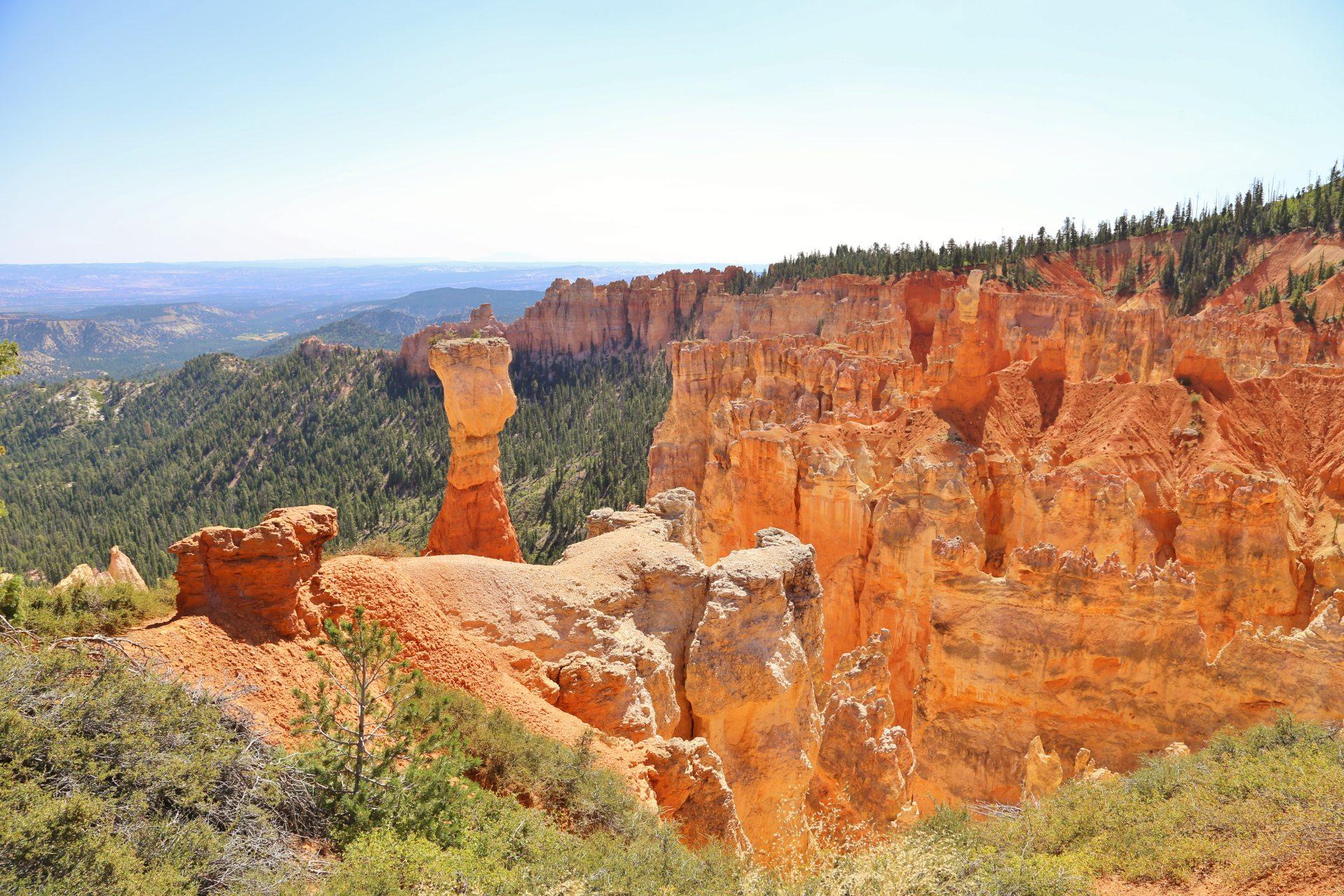 Die Natur erschafft die schönsten Farben und Formen! - Aussicht, Bryce Canyon National Park, Canyon, Erosion, farbenfroh, Felsnadeln, Felstürme, Fernsicht, Geologie, Gestein, Gesteinssäulen, Gesteinsschichten, Himmel, Hoodoos, Landschaft, Monolithen, Natur, Panorama, Queens Garden Trail, Sandstein, Utah - (Bryce Canyon, Bryce, Utah, Vereinigte Staaten)