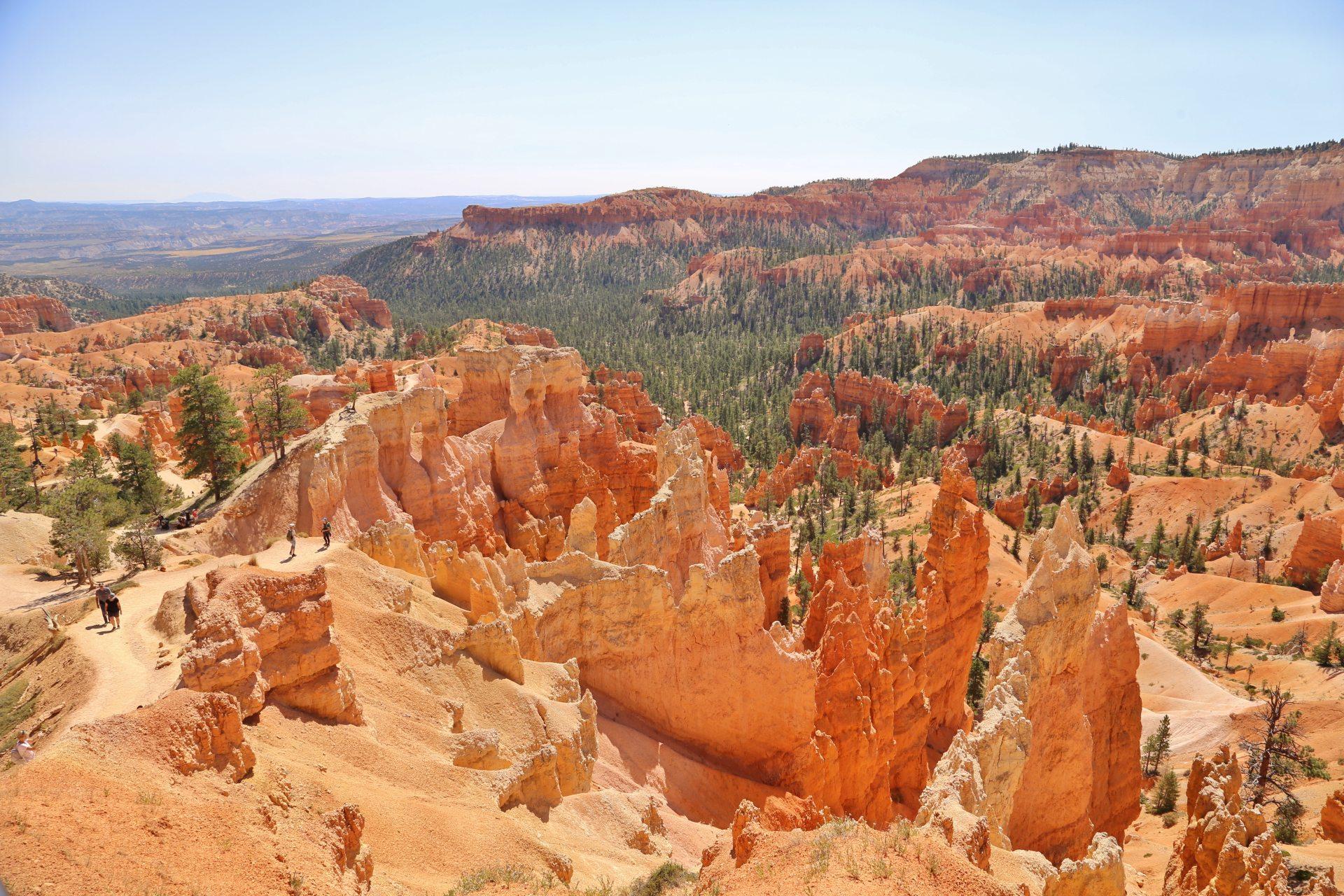 Ein von Wind und Wetter geformtes fragiles Kunstwerk - Aussicht, Bryce Canyon National Park, Canyon, Erosion, farbenfroh, Felsnadeln, Felstürme, Fernsicht, Geologie, Gestein, Gesteinssäulen, Gesteinsschichten, Himmel, Hoodoos, Landschaft, malerisch, Monolithen, Natur, Panorama, Pfad, Queens Garden Trail, Sandstein, traumhaft, Utah, Wanderweg, Weg - (Bryce Canyon, Bryce, Utah, Vereinigte Staaten)