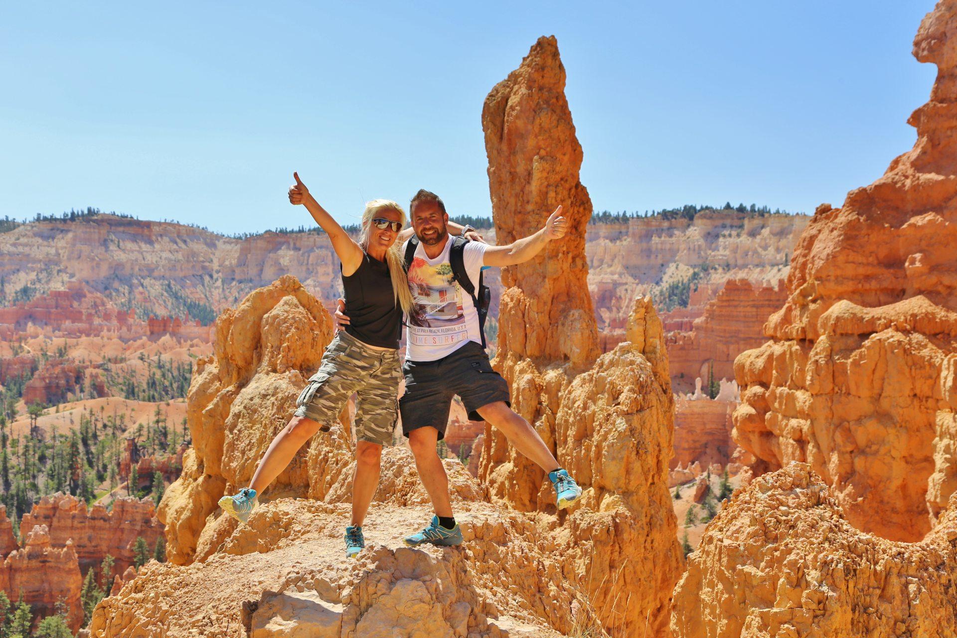 Happy Place - Blondine, Bryce Canyon National Park, Canyon, Erosion, farbenfroh, Felsnadeln, Felstürme, Geologie, Gestein, Gesteinssäulen, Gesteinsschichten, Himmel, Hoodoos, malerisch, Monolithen, Personen, Portrait, Porträt, Queens Garden Trail, Sandstein, traumhaft, Utah - HOFBAUER-HOFMANN Sofia, WEISSINGER Andreas - (Bryce Canyon, Bryce, Utah, Vereinigte Staaten)