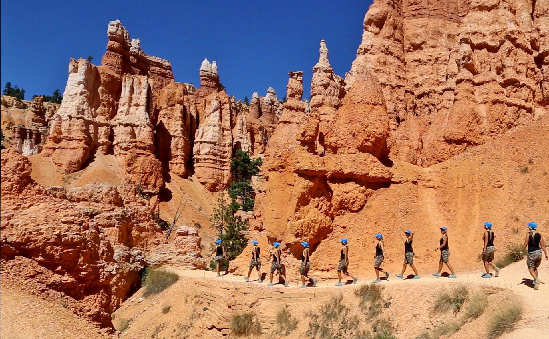 Am liebsten würde ich mich zerteilen, um noch mehr zu sehen! - Blondine, Bryce Canyon National Park, Canyon, Erosion, farbenfroh, Felsnadeln, Felstürme, Geologie, Gestein, Gesteinssäulen, Himmel, Hoodoos, malerisch, Monolithen, Personen, Pfad, Portrait, Porträt, Sandstein, traumhaft, Utah, Wanderweg, Weg - HOFBAUER-HOFMANN Sofia - (Bryce Canyon, Bryce, Utah, Vereinigte Staaten)