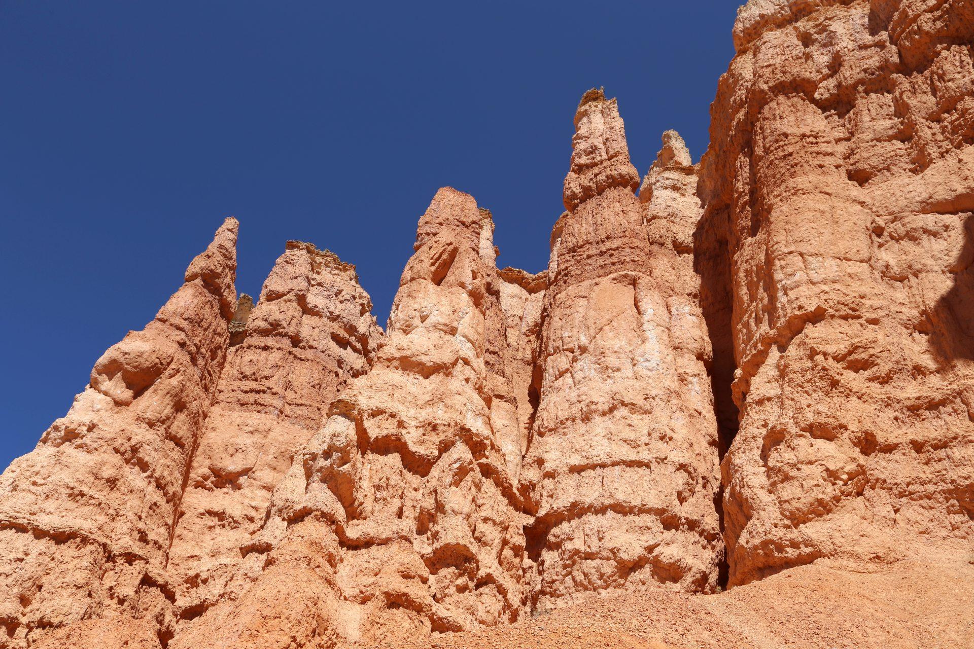 Sandsteinerne Felswächter - Bryce Canyon National Park, Canyon, Erosion, farbenfroh, Felsnadeln, Felstürme, Geologie, Gestein, Gesteinssäulen, Gesteinsschichten, Himmel, Hoodoos, Monolithen, Queens Garden Trail, Sandstein, Utah - (Bryce Canyon, Bryce, Utah, Vereinigte Staaten)