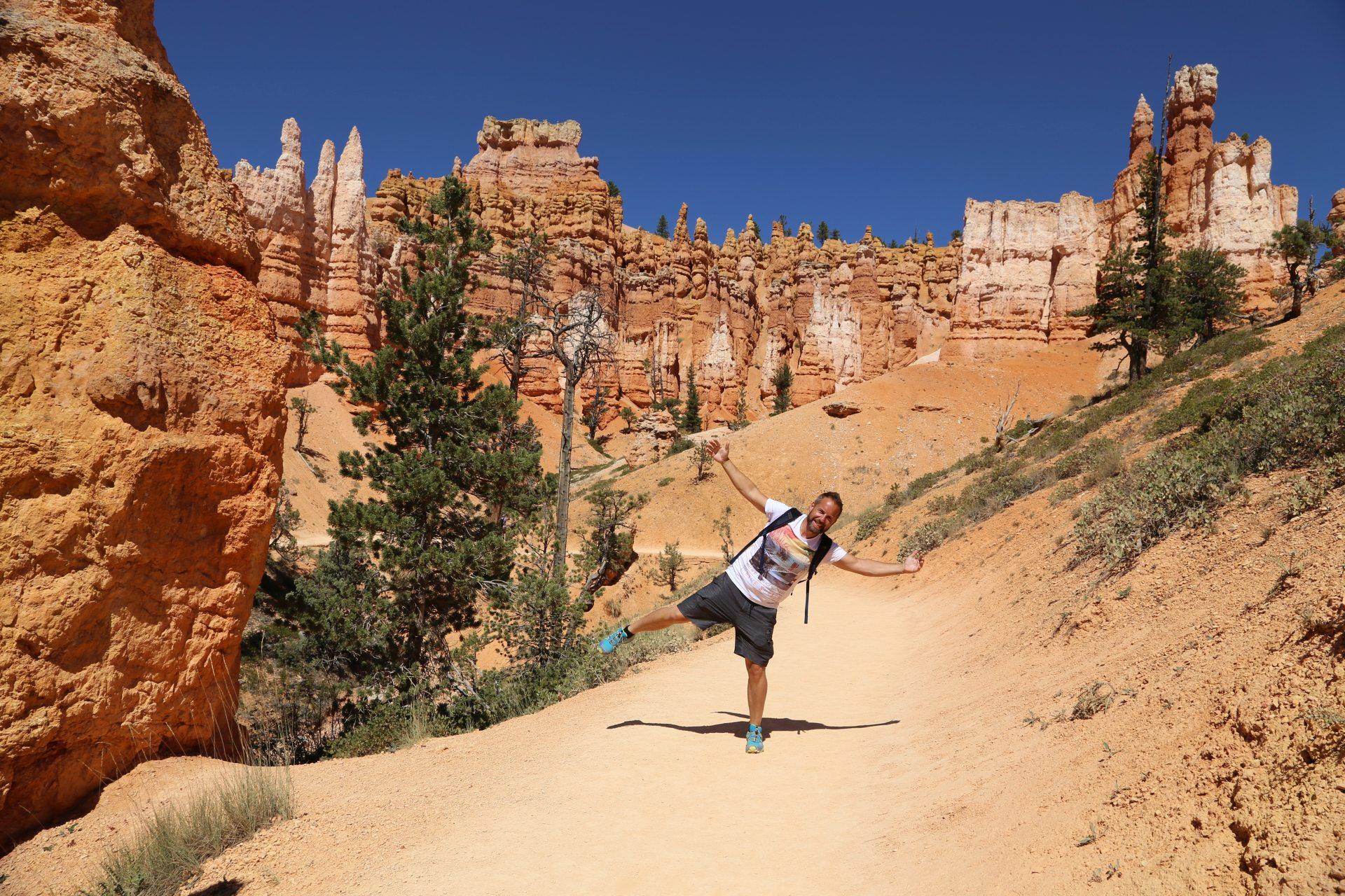 Bryce bringt mich nicht aus dem Gleichgewicht - Bäume, Canyon, Erosion, farbenfroh, Felsnadeln, Felstürme, Geologie, Gestein, Gesteinssäulen, Gesteinsschichten, Himmel, Hoodoos, malerisch, Monolithen, Personen, Pfad, Portrait, Porträt, Queens Garden Trail, Sandstein, traumhaft, Utah, Weg - WEISSINGER Andreas - (Bryce Canyon, Bryce, Utah, Vereinigte Staaten)