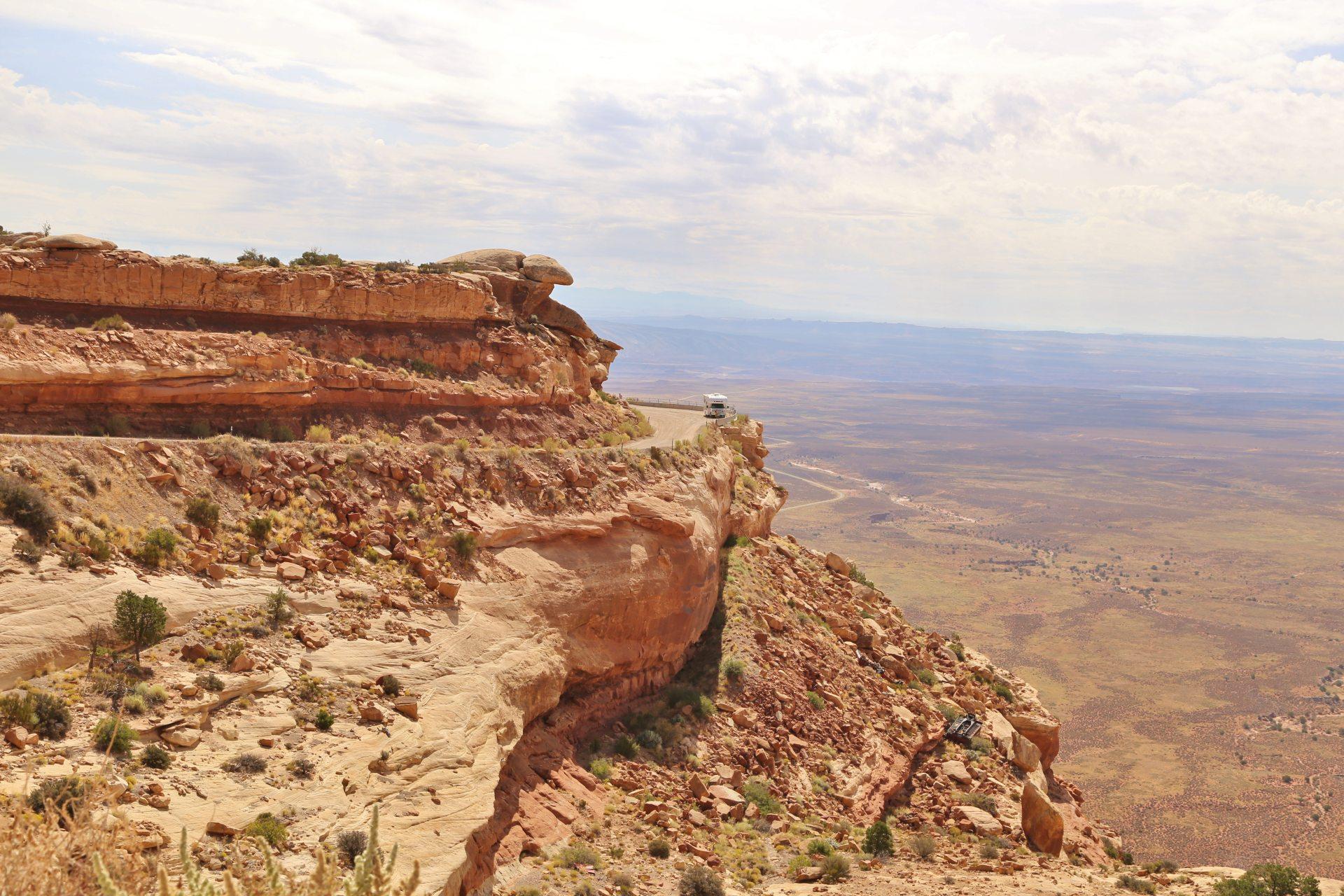 Hoffentlich kommen alle heil hinunter! - Aussicht, Erosion, Fernsicht, Geologie, Himmel, Landschaft, Moki Dugway, Natur, Panorama, Sandstein, Sandsteinformationen, Utah, Wolken, Wüstenlandschaft - (Mexican Hat, Utah, Vereinigte Staaten)