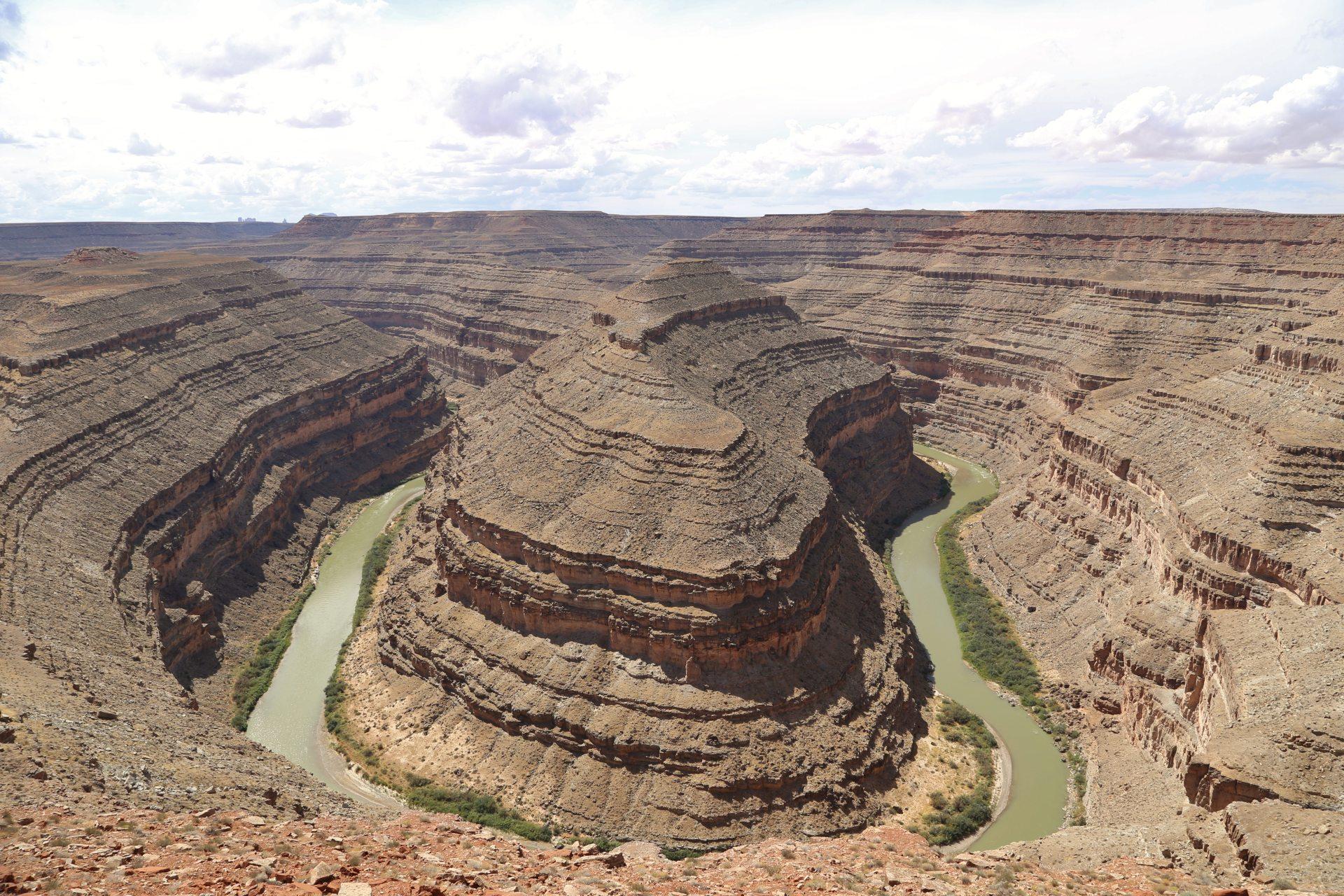 Ganz tief gräbt sich der Colorado River als Gooseneck in den Boden .. - Aussichtspunkt, Erosion, Felswände, Fluss, Flusslauf, Flussschlinge, Goosenecks, Goosenecks State Park, Himmel, Klippen, San Juan River, Schlucht, Steilwand, Utah, Wasser, Wolken - (Mexican Hat, Utah, Vereinigte Staaten)