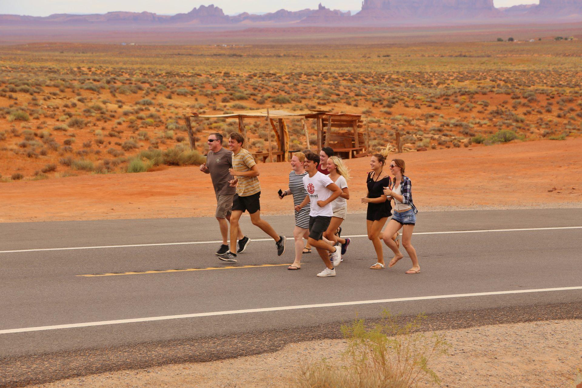 Am Forrest Gump Hill jeder ein Läufer sein will! - Aussicht, Fernsicht, Forrest Gump Hill, Forrest Gump Point, Gruppe, Himmel, Landschaft, laufen, Monument Valley, Natur, Panorama, Prairie, Strasse, Utah, Wilder Westen, Wolken, Wüstenlandschaft - (Halchita, Mexican Hat, Utah, Vereinigte Staaten)