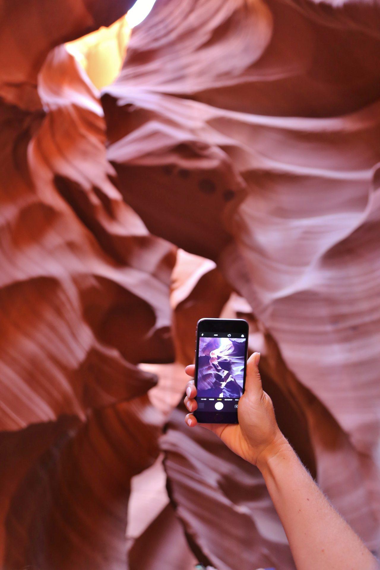 Ein Handybildschirm kann so viel Schönheit gar nicht erfassen - Antelope Canyon, Arizona, Canyon, Erosion, Felsformationen, Geologie, Licht, Lichteinfall, Lower Antelope Canyon, Page, Sandstein, Schatten, Schlucht, Slot Canyon, Spalte - (Page, Arizona, Vereinigte Staaten)