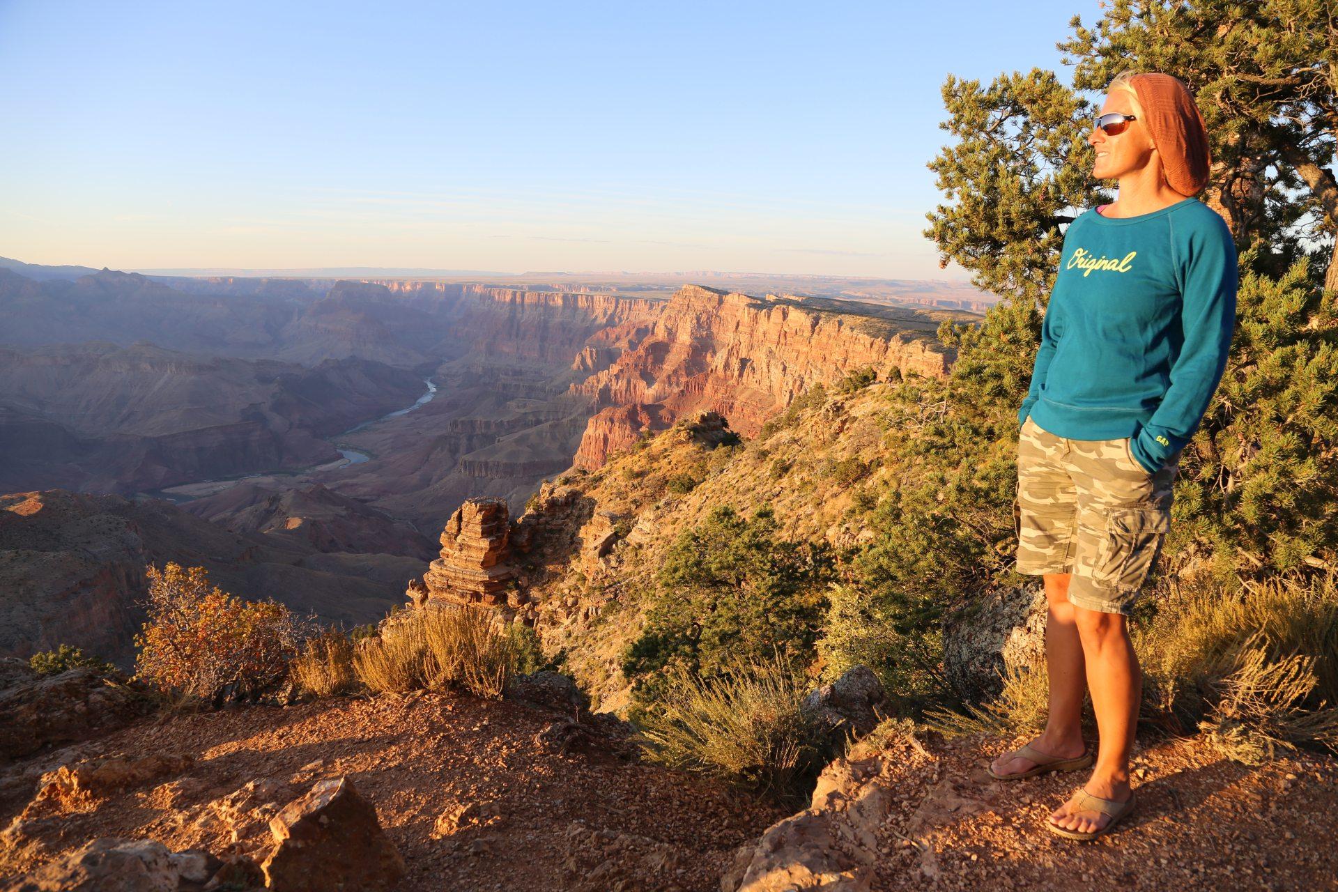 Am Grand Canyon fühl ich mich ganz klein - Abendrot, Abendstimmung, Abgrund, Arizona, Aussicht, Aussichtspunkt, Blondine, Canyon, Desert View Point, Desert View Watchtower, Färbung, Fernsicht, Grand Canyon National Park, Himmel, Landschaft, Licht, Natur, Panorama, Personen, Portrait, Porträt, Schlucht, Sonnenuntergang, Sonnenuntergangsstimmung, Wolken - HOFBAUER-HOFMANN Sofia - (Vista Encantada, Grand Canyon, Arizona, Vereinigte Staaten)