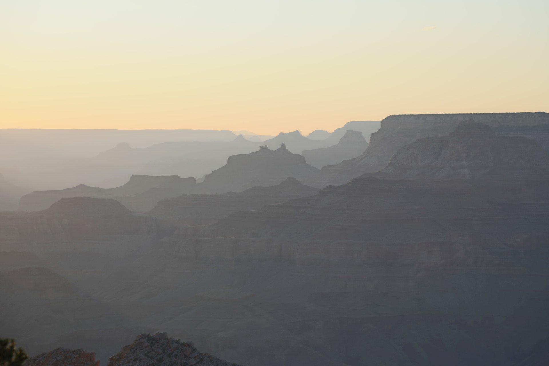 Malerischer Sonnenuntergang am Grand Canyon - Abendrot, Abendstimmung, Abgrund, Arizona, Aussicht, Canyon, Desert View Point, Desert View Watchtower, Färbung, Fernsicht, Grand Canyon National Park, Himmel, Landschaft, Licht, Natur, Panorama, Schlucht, Sonnenuntergang, Sonnenuntergangsstimmung - (Vista Encantada, Grand Canyon, Arizona, Vereinigte Staaten)