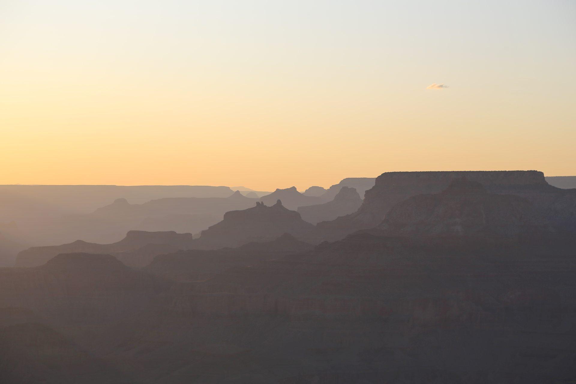 Grand Canyon in allen seinen Farbschattierungen - Abendrot, Abendstimmung, Abgrund, Arizona, Aussicht, Canyon, Desert View Point, Desert View Watchtower, Färbung, Fernsicht, Grand Canyon National Park, Himmel, Landschaft, Licht, malerisch, Natur, Panorama, Schlucht, Sonnenuntergang, Sonnenuntergangsstimmung, traumhaft - (Vista Encantada, Grand Canyon, Arizona, Vereinigte Staaten)