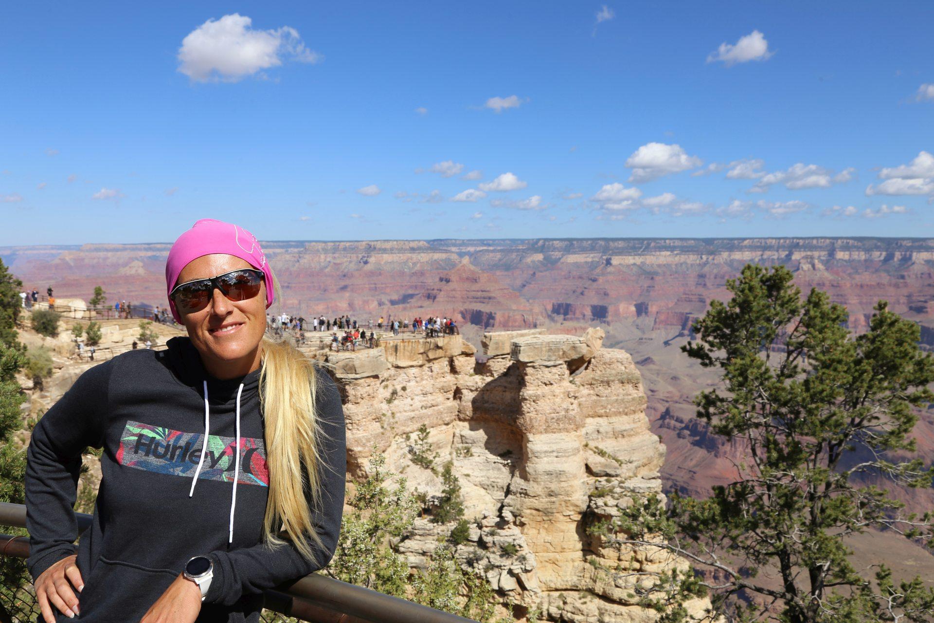 Was für eine Aussicht! - Arizona, Aussicht, Aussichtspunkt, Blondine, Canyon, Fernsicht, Grand Canyon National Park, Himmel, Klippen, Landschaft, Mather Point, Natur, Panorama, Personen, Portrait, Porträt, Rim Trail, Schatten, Schlucht, Wattewolken, Wolken - HOFBAUER-HOFMANN Sofia - (Grand Canyon, Arizona, Vereinigte Staaten)