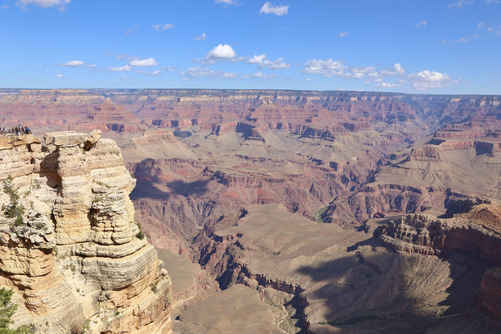 Der Grand Canyon beweist wahren Tiefgang - Arizona, Aussicht, Aussichtspunkt, Canyon, Fernsicht, Grand Canyon National Park, Himmel, Klippen, Landschaft, Mather Point, Natur, Panorama, Rim Trail, Schatten, Schlucht, Wattewolken, Wolken - (Grand Canyon, Arizona, Vereinigte Staaten)