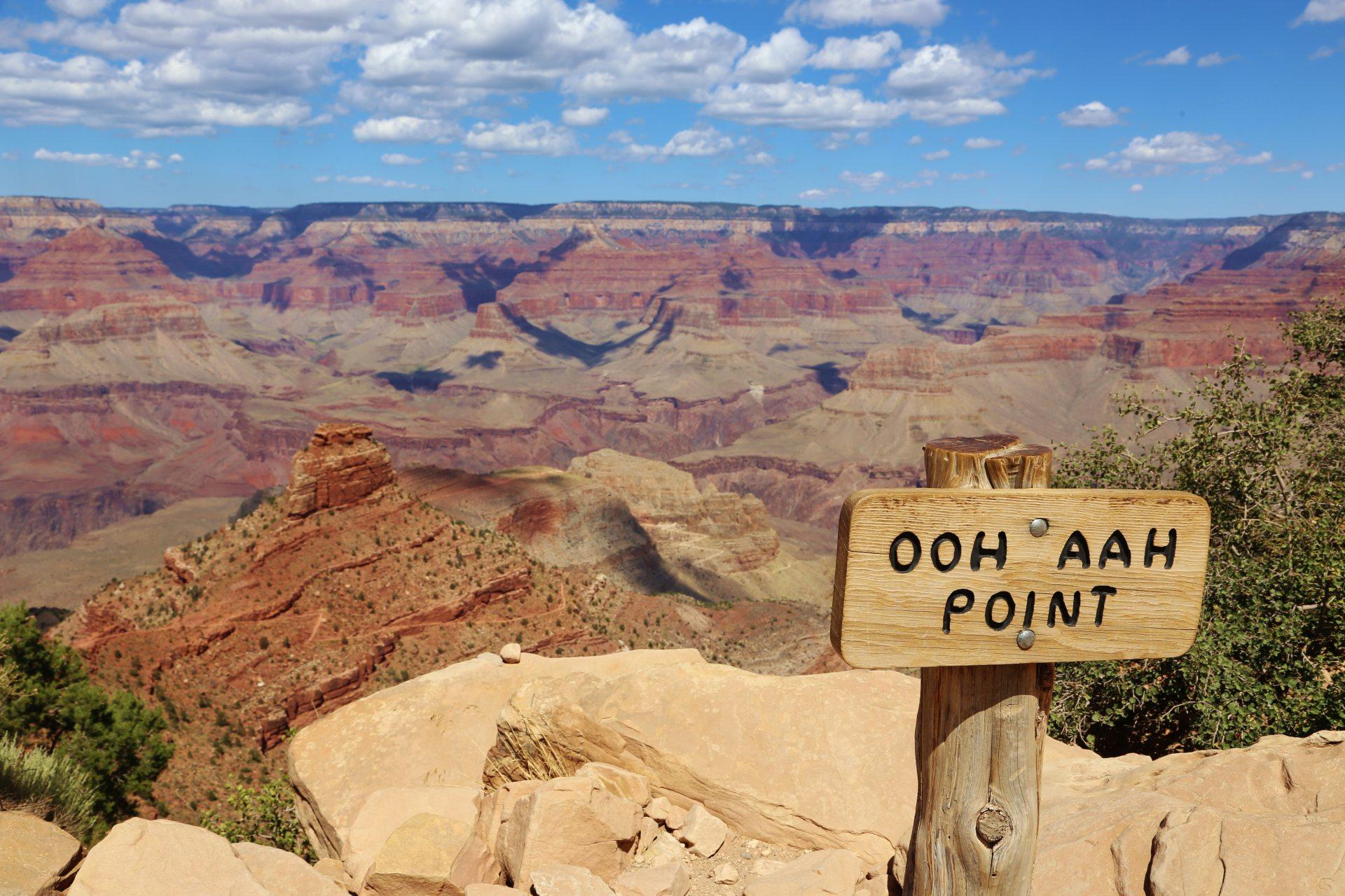 Der Name ist Programm - Arizona, Ausblick, Aussicht, Aussichtspunkt, Beschilderung, Felsen, Fernsicht, Grand Canyon National Park, Himmel, Klippen, Landschaft, malerisch, Natur, Ooh Aah Point, Panorama, Pfad, Portrait, Porträt, Schatten, Schild, Schlucht, South Kaibab Trail, Steine, Tafel, traumhaft, Wanderweg, Wattewolken, Weg, Wolken - (Grand Canyon, Arizona, Vereinigte Staaten)