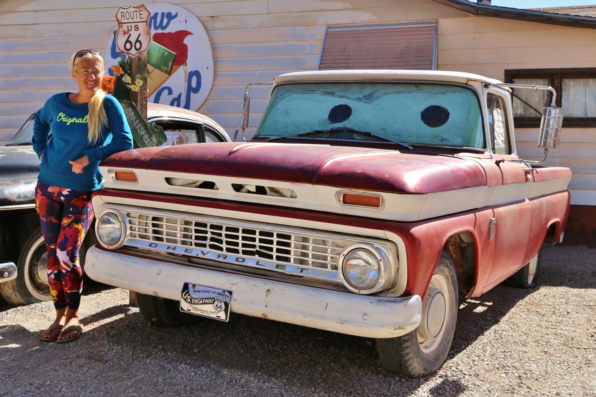 Freiluftmuseum Route 66 Seligman - Arizona, Auto, Blondine, Chevrolet, Fahrzeug, Oldtimer, Personen, Pickup, Pickup Truck, Portrait, Porträt, Route 66, Seligman - HOFBAUER-HOFMANN Sofia - (Seligman, Arizona, Vereinigte Staaten)