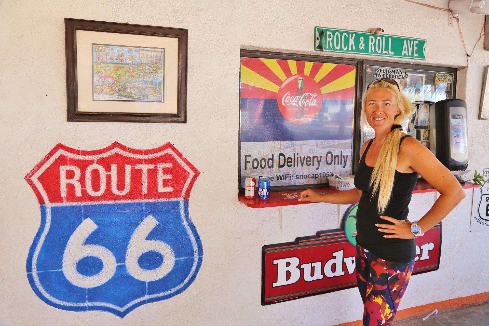 Her mit meinem Hotdog, pronto! - Arizona, Blondine, Burgers, Delgadillos Snow Cap, Drive-In, Personen, Portrait, Porträt, Restaurant, Route 66, Schilder, Seligman, Tafel - HOFBAUER-HOFMANN Sofia - (Seligman, Arizona, Vereinigte Staaten)