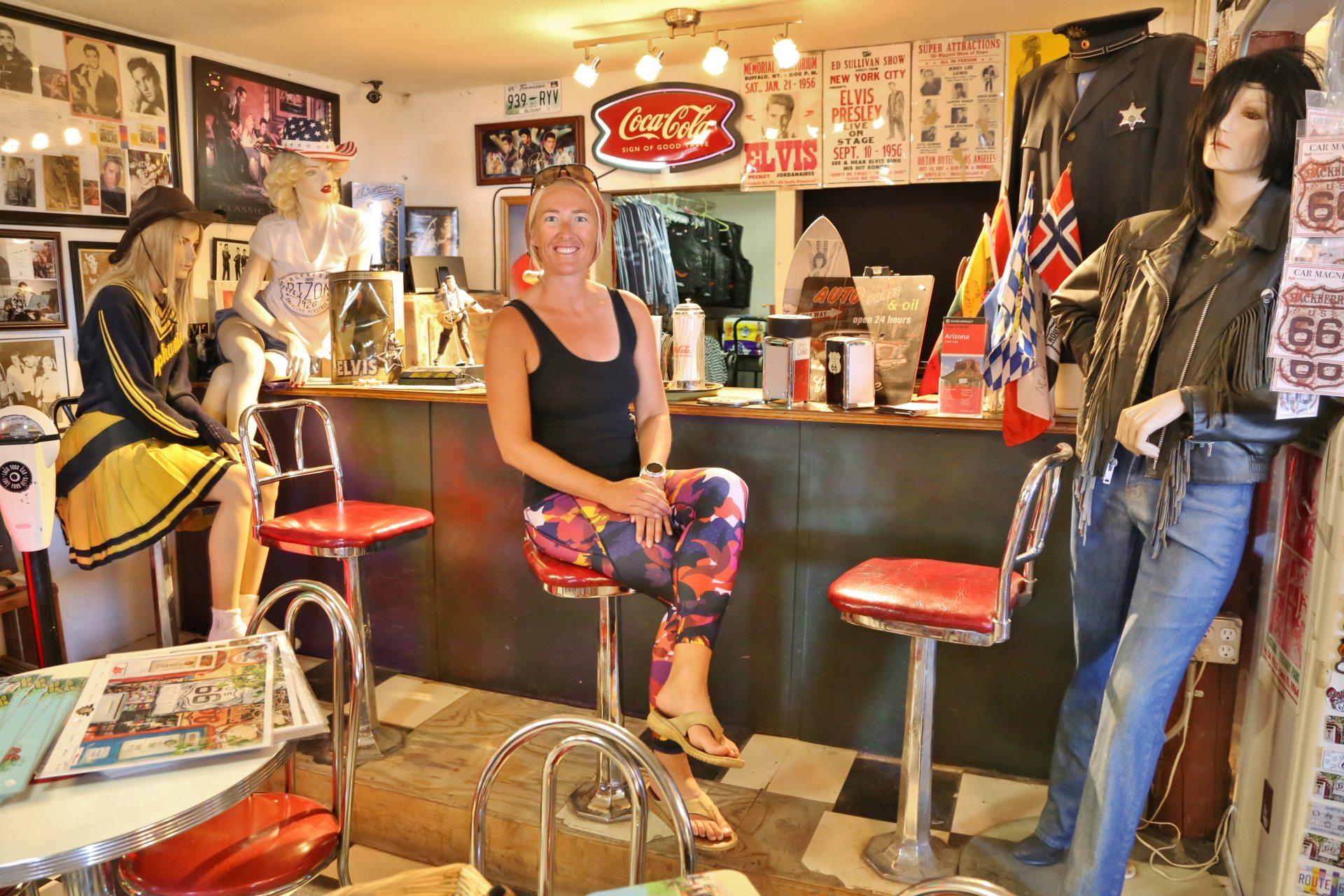 Im nächsten Leben werde ich Schaufensterpuppe - Arizona, Bar, Blondine, Hackberry General Store, malerisch, Personen, Portrait, Porträt, Schilder, Souvenierladen, Tafeln, traumhaft, Tresen - HOFBAUER-HOFMANN Sofia - (Hackberry, Arizona, Vereinigte Staaten)