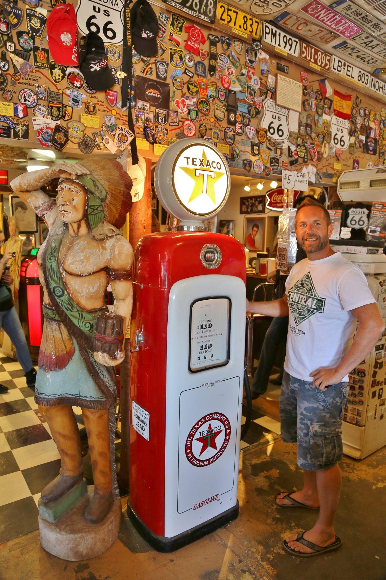 Alles was das Route 66 Herz begehrt gibts im Hackberry General Store - Arizona, Figur, Hackberry, Hackberry General Store, Häuptling, Indianer, Kennzeichen, Leuchtschild, Personen, Portrait, Porträt, Route 66, Schilder, Skulptur, Souvenierladen, Statue, Tafeln, Texaco, Zapfsäule - WEISSINGER Andreas - (Hackberry, Arizona, Vereinigte Staaten)