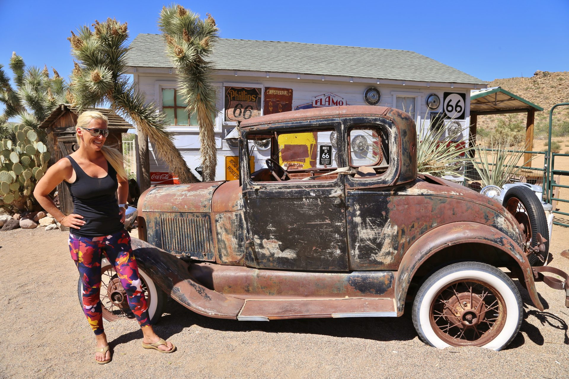 Rusty but Fancy - abandoned, Arizona, Auto, Beschilderung, Blondine, Fahrzeug, Gebäude, Hackberry, Hackberry General Store, Himmel, Kakteen, KFZ, Oldtimer, Palmen, Personen, Portrait, Porträt, rostig, Route 66, Schilder, Yucca - HOFBAUER-HOFMANN Sofia - (Hackberry, Arizona, Vereinigte Staaten)