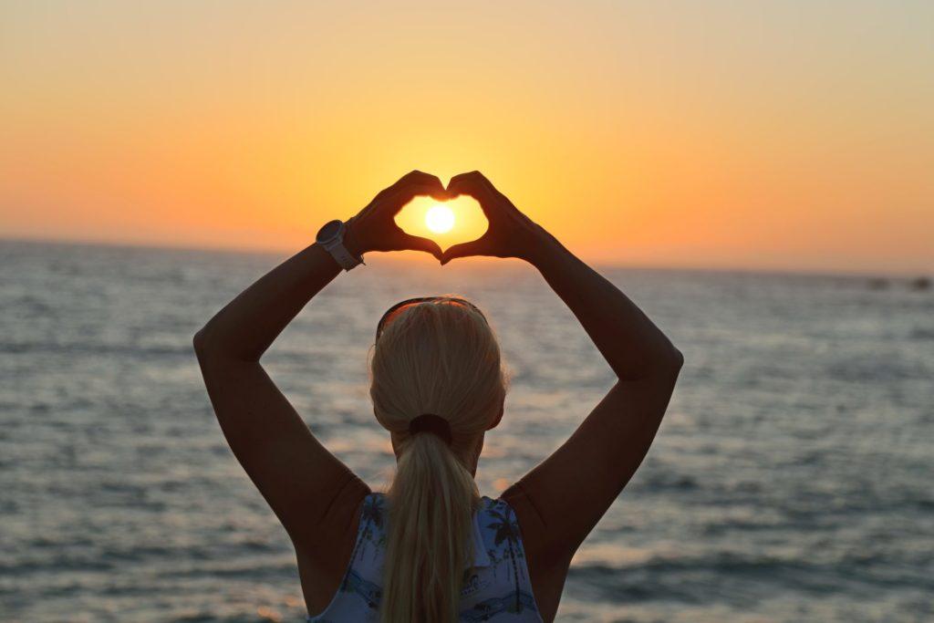 I lost my heart in Laguna Beach - Blondine, Emotionen, Hände, Himmel, Kalifornien, Laguna Beach, Liebe, Meer, Personen, Portrait, Porträt, Romantik, Sonne, Sonnenuntergang, Sonnenuntergangsstimmung, Wasser - HOFBAUER-HOFMANN Sofia - (Laguna Beach, California, Vereinigte Staaten)