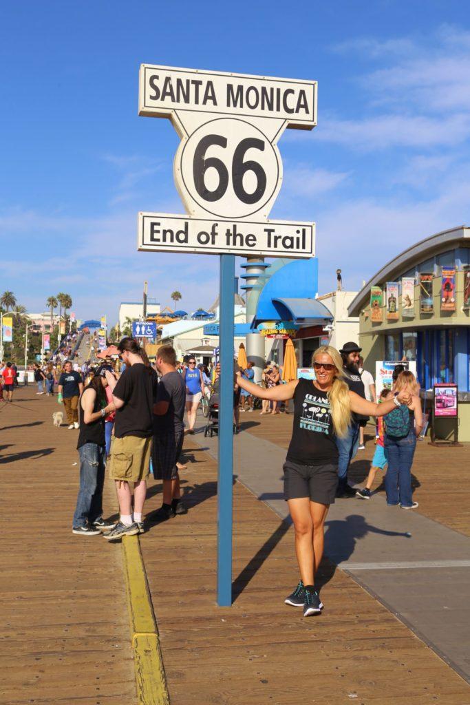 Weit gereist und doch noch nicht angekommen - Blondine, Himmel, Kalifornien, Personen, Portrait, Porträt, Route 66, Santa Monica, Santa Monica Pier, Schild, Tafel, Wolken - HOFBAUER-HOFMANN Sofia - (Santa Monica, California, Vereinigte Staaten)