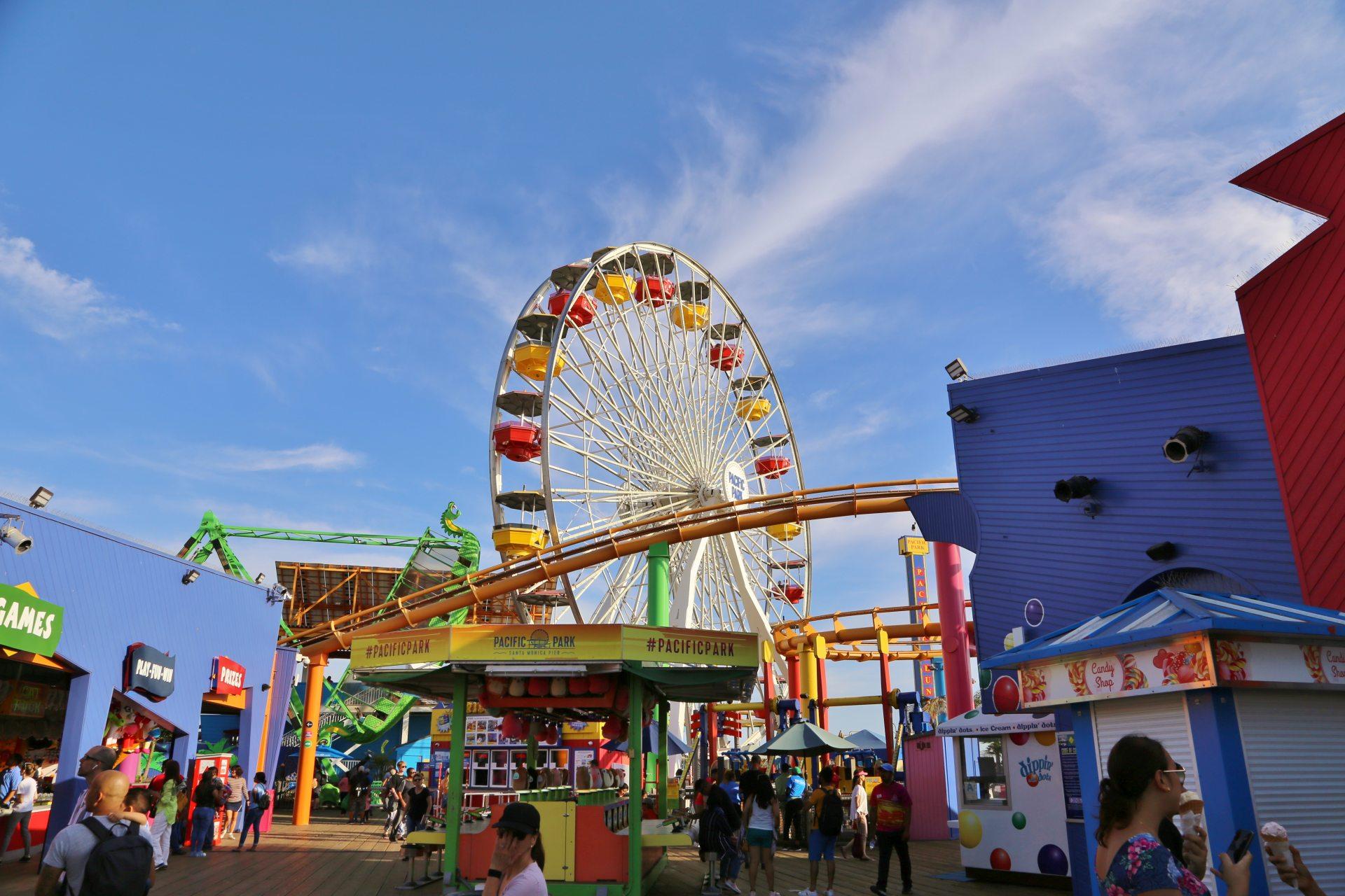 Den Santa Monica Pier den lob ich mir! - Fahrgeschäft, Himmel, Kalifornien, Pacific Park, Riesenrad, Santa Monica, Santa Monica Pier, Vergnügungspark, Wolken - (Santa Monica, California, Vereinigte Staaten)