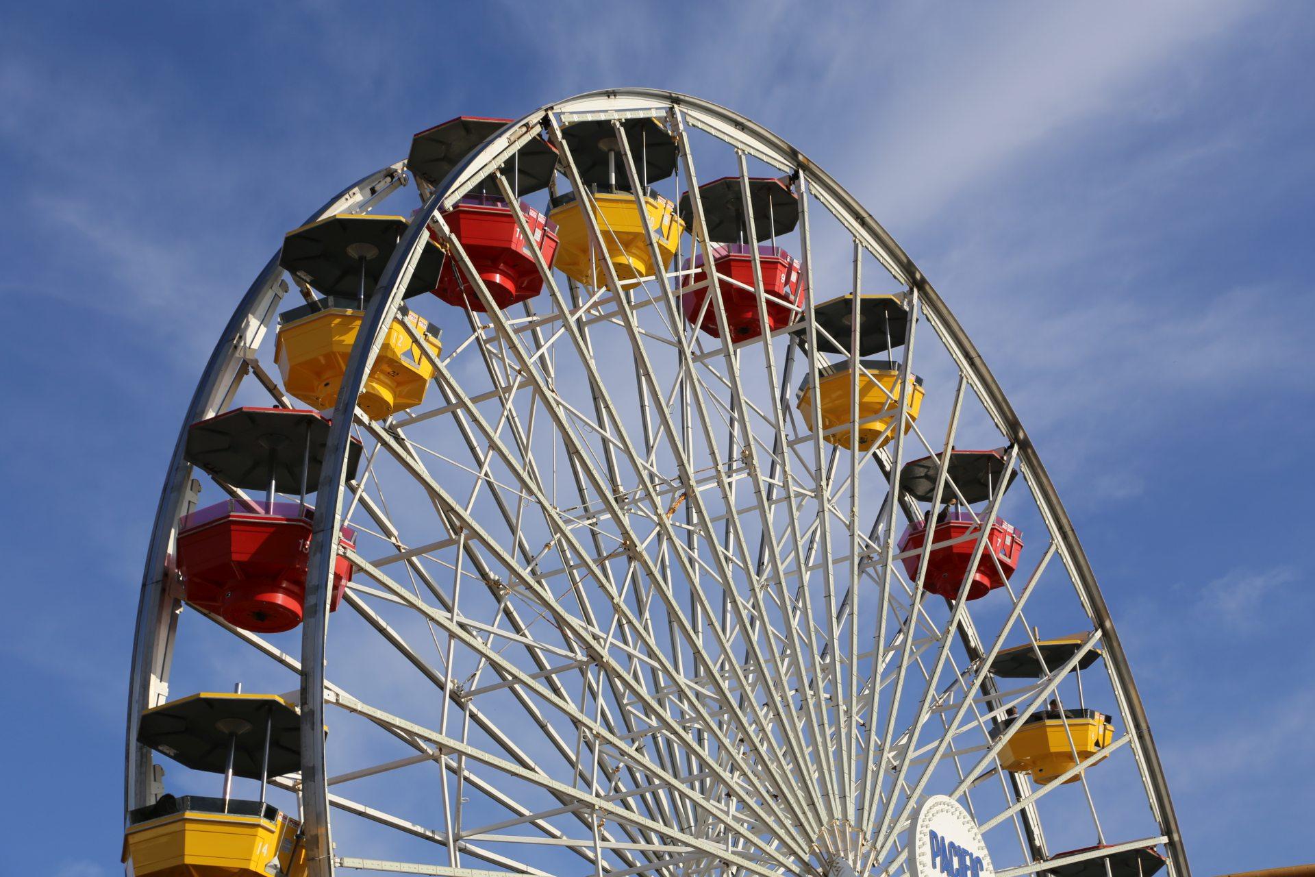 Dieses Karussell dreht sich ganz schön arg schnell! - Fahrgeschäft, Gondeln, Himmel, Kalifornien, Pacific Park, Riesenrad, Santa Monica, Santa Monica Pier, Wolken - (Santa Monica, California, Vereinigte Staaten)