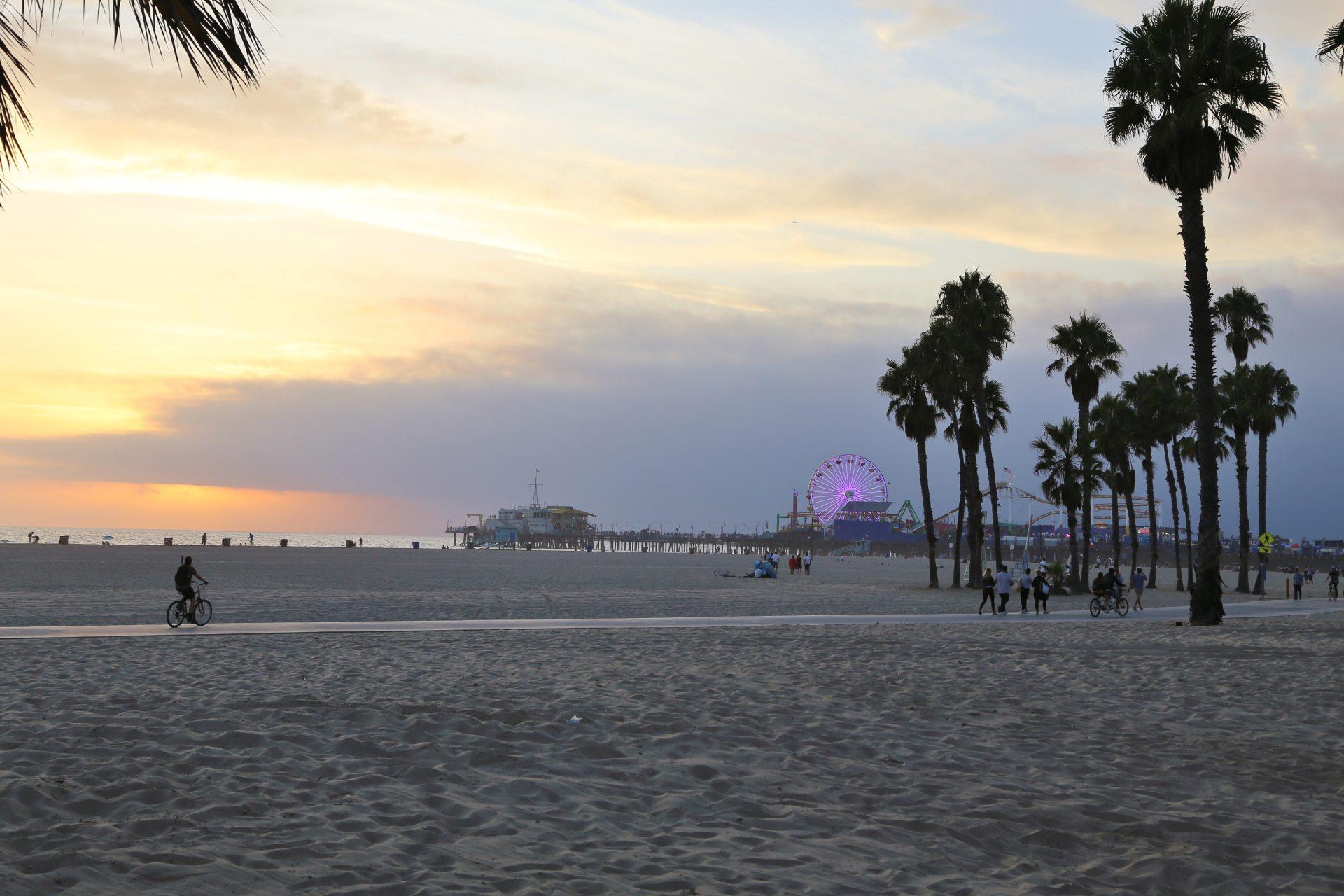 Santa Monica - auch wir waren an diesem wunderschönen Strand da! - Aussicht, Fernsicht, Himmel, Kalifornien, Landschaft, Meer, Natur, Pacific Park, Palmen, Panorama, Personen, Radfahrer, Radweg, Riesenrad, Sand, Santa Monica, Santa Monica Pier, Sehenswürdigkeiten, Strand, Wahrzeichen, Wasser, Wolken - (Ocean Park, Santa Monica, California, Vereinigte Staaten)