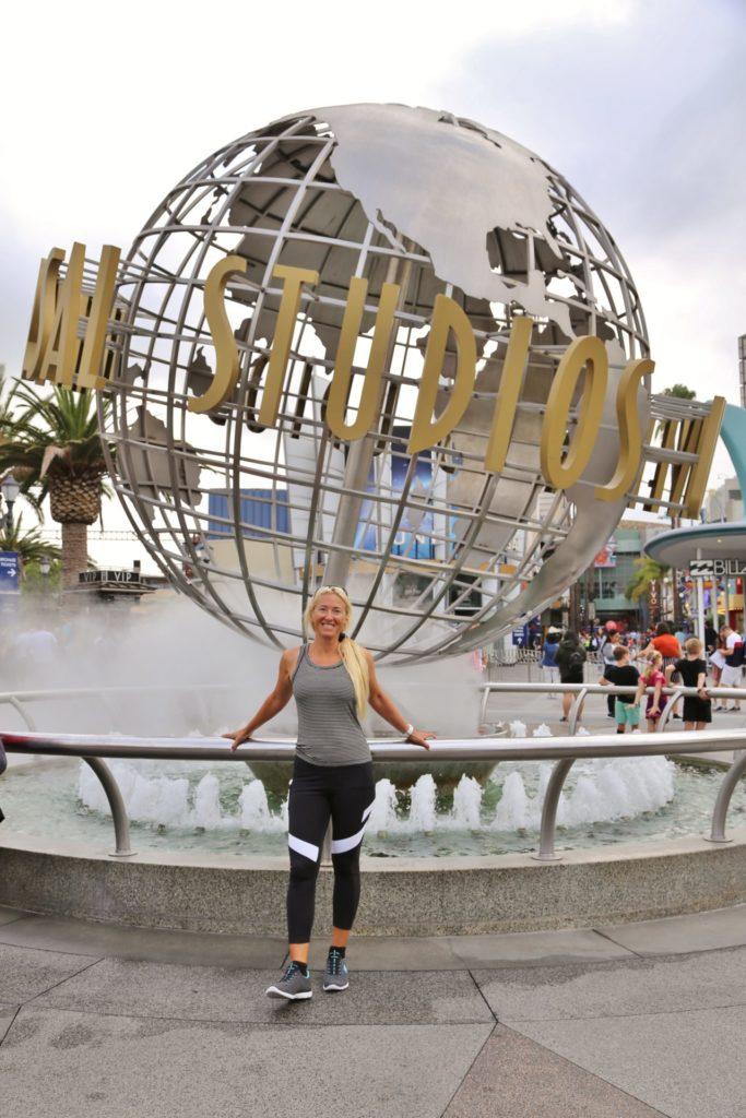 Star für einen Tag! - Blondine, Brunnen, Geländer, Globus, Himmel, Kalifornien, Kugel, Los Angeles, Personen, Portrait, Porträt, Springbrunnen, Universal City, Universal Studios, Universal Studios Hollywood, Weltkugel, Wolken - HOFBAUER-HOFMANN Sofia - (Universal City, California, Vereinigte Staaten)