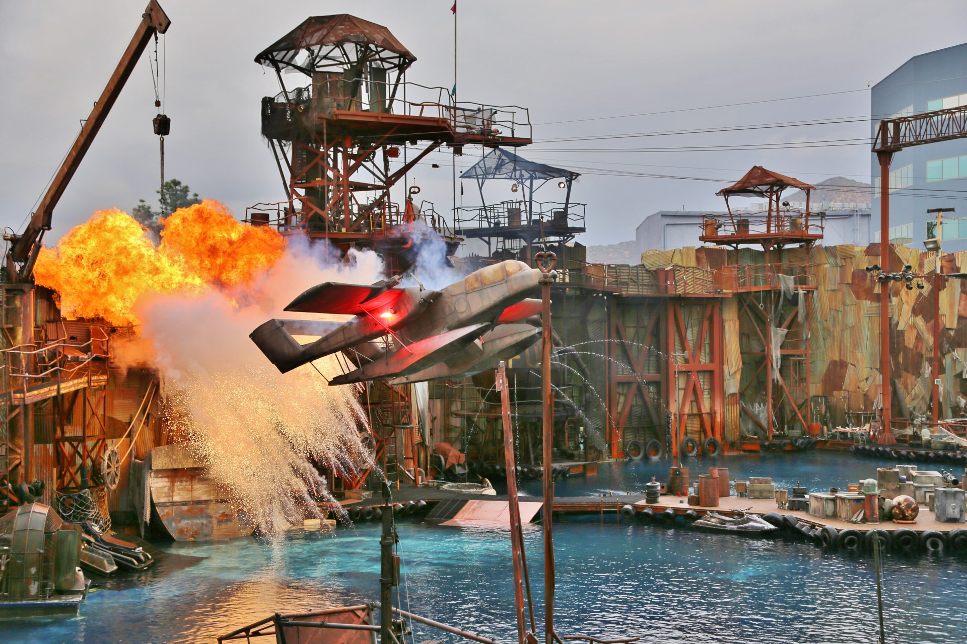 Nur Pilot Sully hätte auch noch diese Maschine landen können - Explosion, Feuer, Flugzeug, Himmel, Kalifornien, Katastrophe, Los Angeles, Stuntshow, Universal City, Universal Studios, Universal Studios Hollywood, Verwüstung, Wasserflugzeug, Waterworld, Wolken - (Universal City, California, Vereinigte Staaten)
