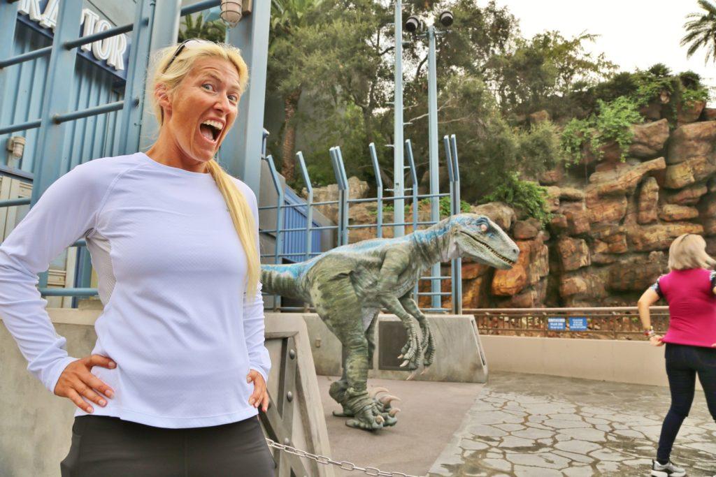 Hilfe, wer hat den Tyrannosaurus rausgelassen? - Blondine, Dino, Dinosaurier, Echse, Kalifornien, Los Angeles, Personen, Portrait, Porträt, T-Rex, Tier, Tyrannosaurus, Tyrannosaurus rex, Universal City, Universal Studios, Universal Studios Hollywood - HOFBAUER-HOFMANN Sofia - (Universal City, California, Vereinigte Staaten)