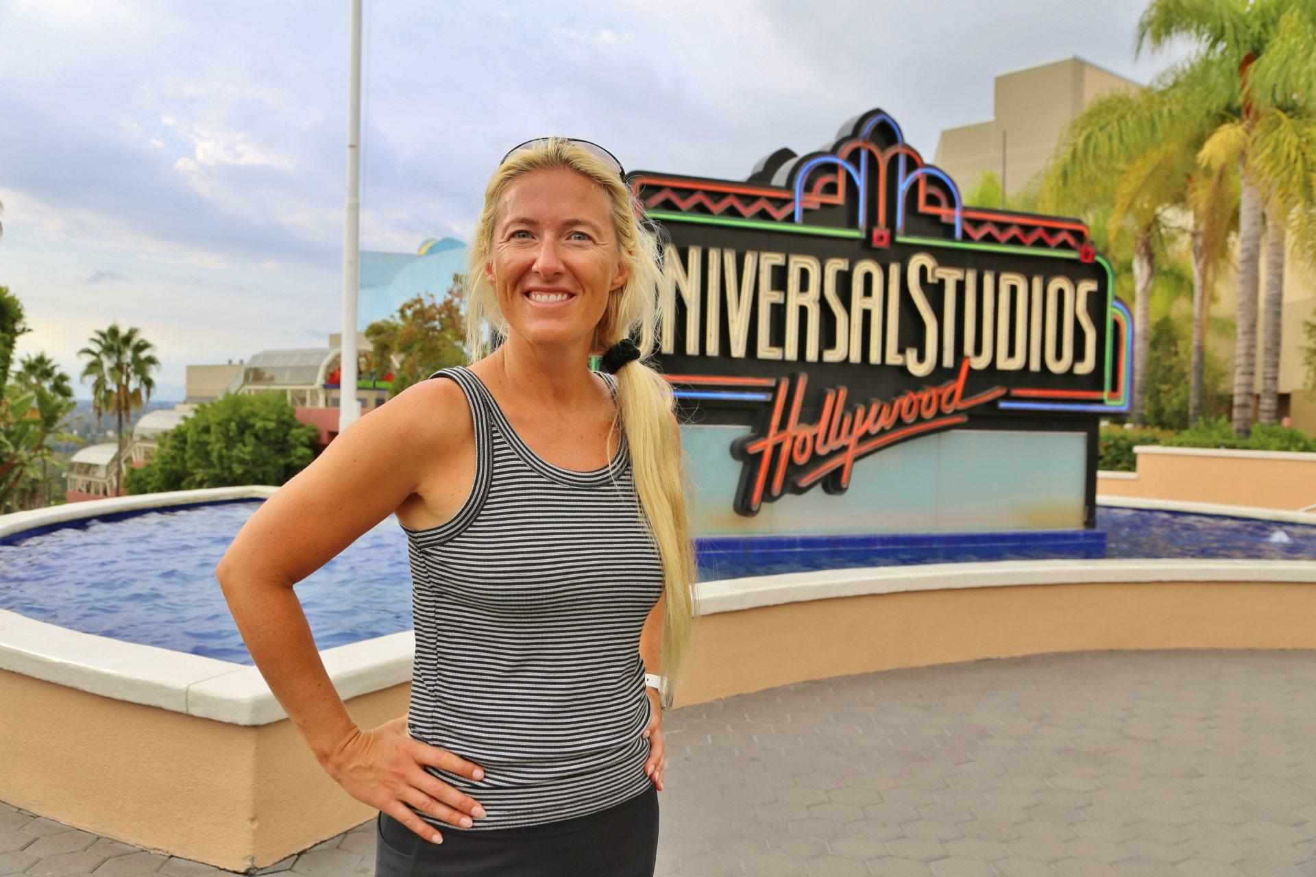 Dieses Lächeln ist universell einsetzbar - Blondine, Eingangsschild, Himmel, Hollywood, Kalifornien, Los Angeles, Neonschild, Personen, Portrait, Porträt, Schild, Tafel, Universal City, Universal Studios, Universal Studios Hollywood, Welcome-Schild, Werbeschild, Wolken - HOFBAUER-HOFMANN Sofia - (Universal City, California, Vereinigte Staaten)