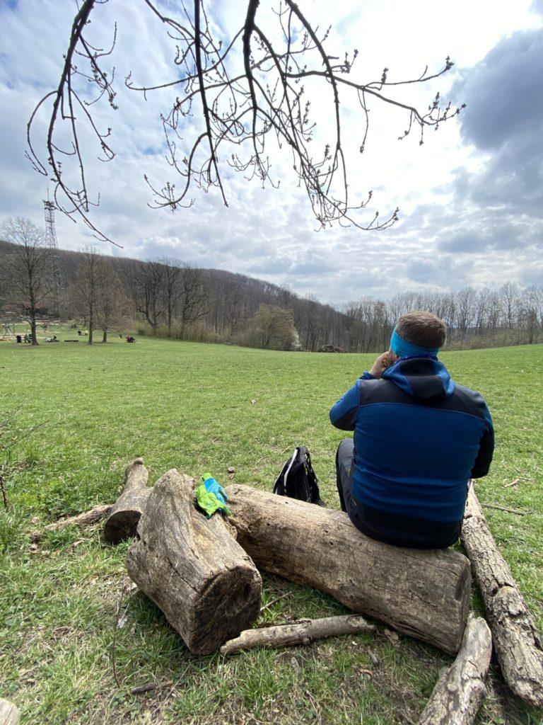 Ein breiter Rücken tut dieses Foto schmücken! - Baumstämme, Himmel, Personen, Wienerwald, Wolken, Wolkendecke, Wolkenmeer - WEISSINGER Andreas - (Weidling, Wien, Döbling, Wien, Österreich)